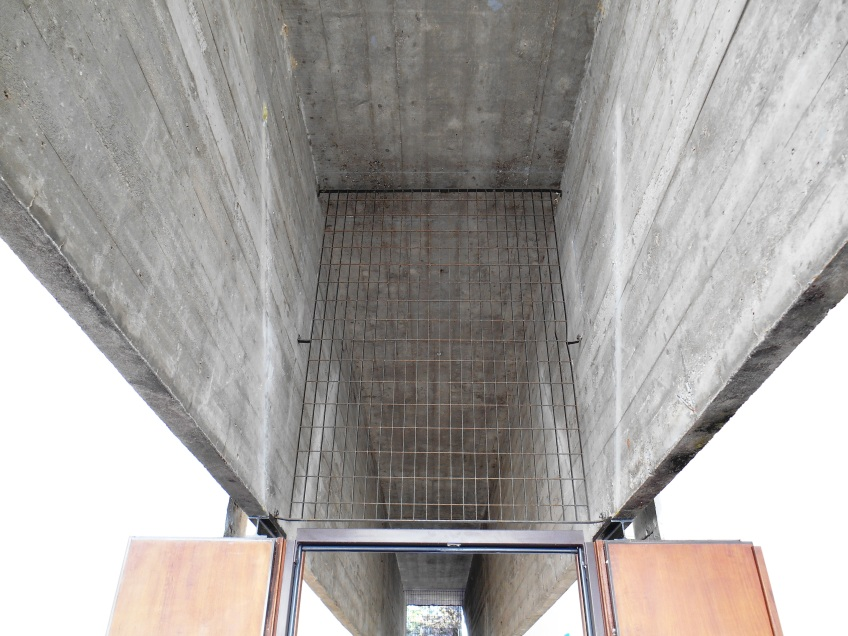 Figure 3.34: View of the beam defining the entrance to the interior galleries of the Brazilian pavilion. Photograph: Joel Robinson.