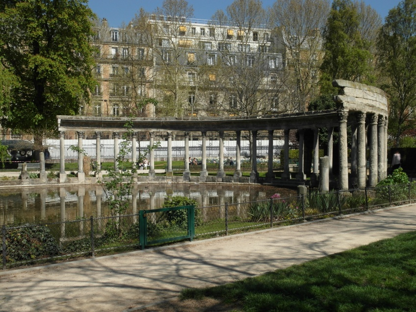 Figure 17.2 Classical Colonnade (1778), Parc Monceau. Photograph: Michaela Giebelhausen.