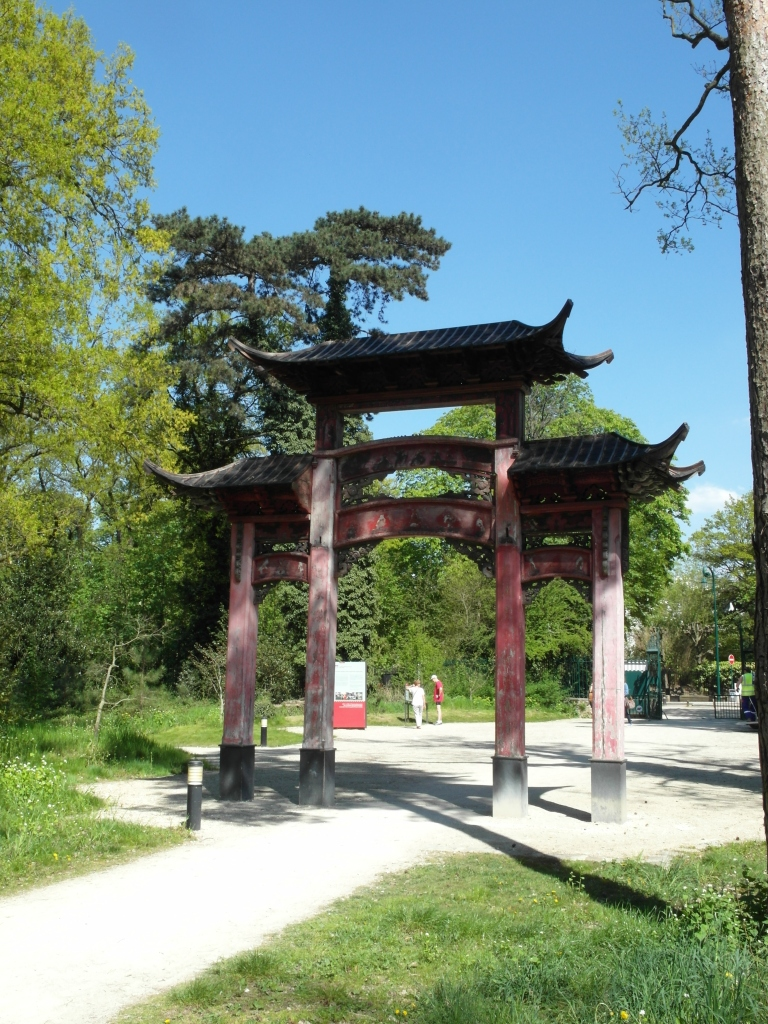 Figure 17.7 Chinese wooden gate, constructed for the Exposition Coloniale 1907, Jardin d'agronomie tropicale, Bois de Vincennes, Nogent-sur-Marne. Photograph: Michaela Giebelhausen.
